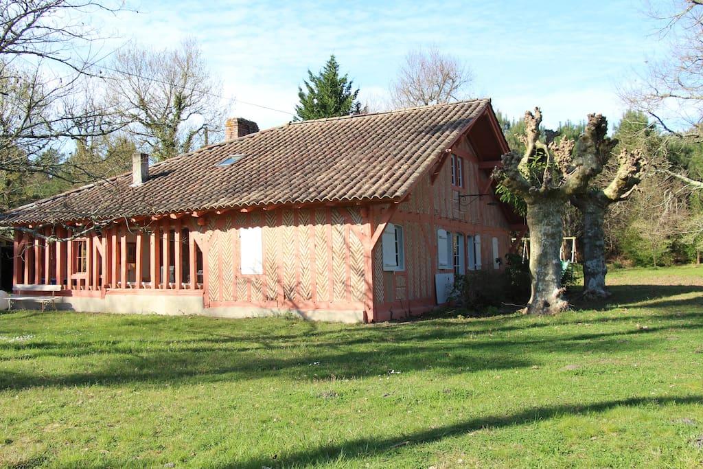 C'est la façade sud On voit à gauche le pans de bois sans vitre de la salle à manger d'été puis ceux derrière le vitrage du petit salon