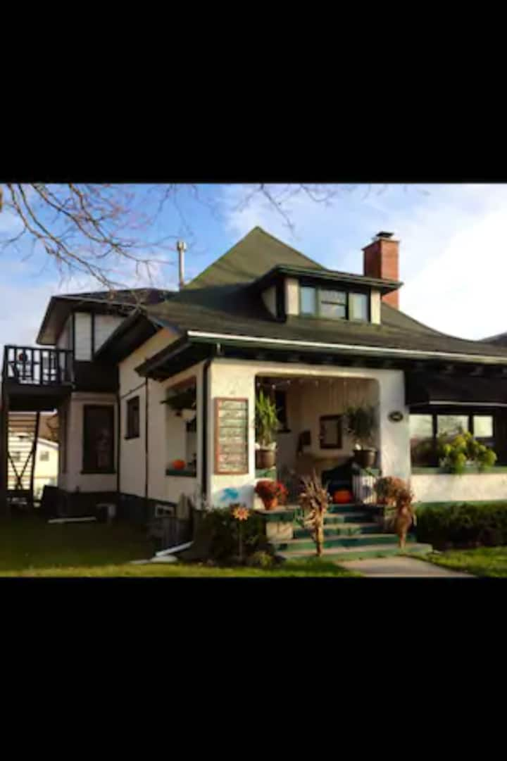 Downtown Geneva Street Bungalow - Upper