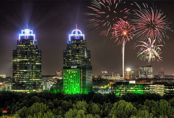 Super Luxury Suite. High above Atl with Panoramic Atl view! Excellent furnishings with 1600 Sq Ft. Watch over 10 Different Fireworks displays all across the City!