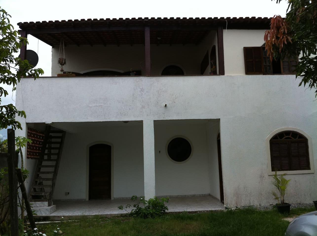 A casa é de dois andares, porém o anúncio é para casa de cima. Escada externa e independente.