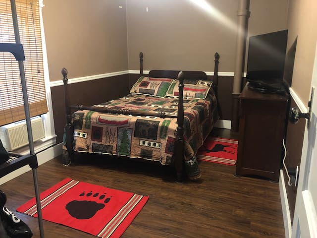 KINHAVEN-High Peaks room, full bed. NO FEES