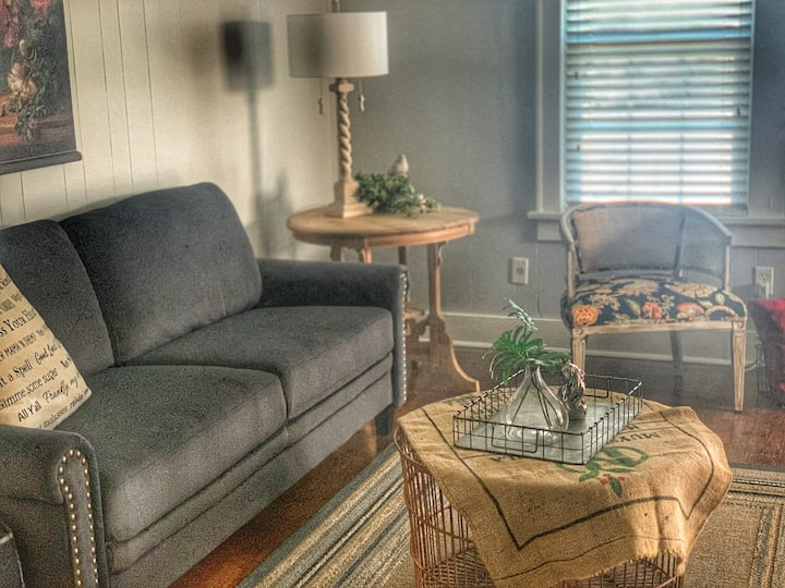 Charming Foxhollow Cottage 1 Bedroom with King Bed