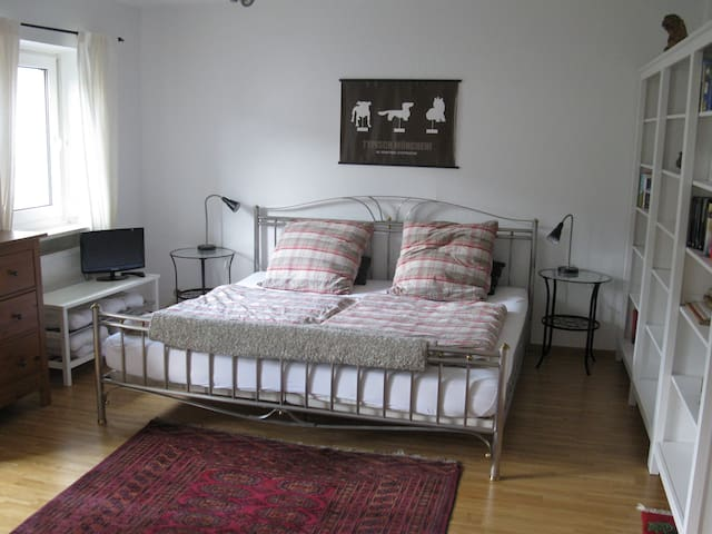 Spacious doubleroom with balcony - Grafing - Huis