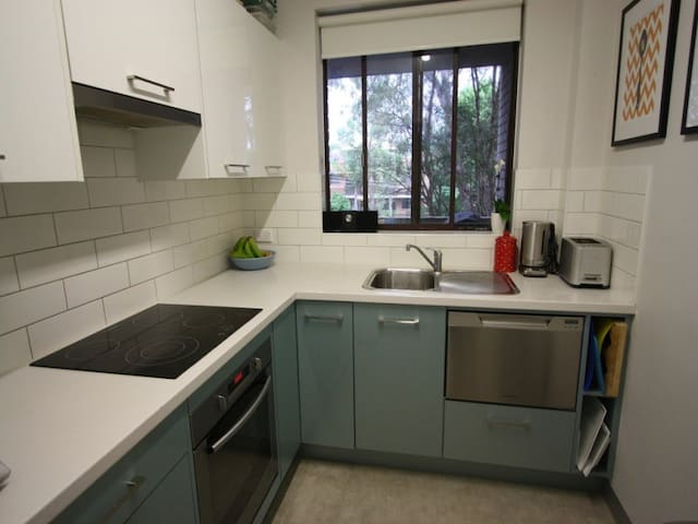Great space close to train & shops - West Ryde - Apartemen
