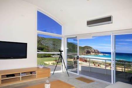 2nd Wave Beachfront house - Boomerang Beach