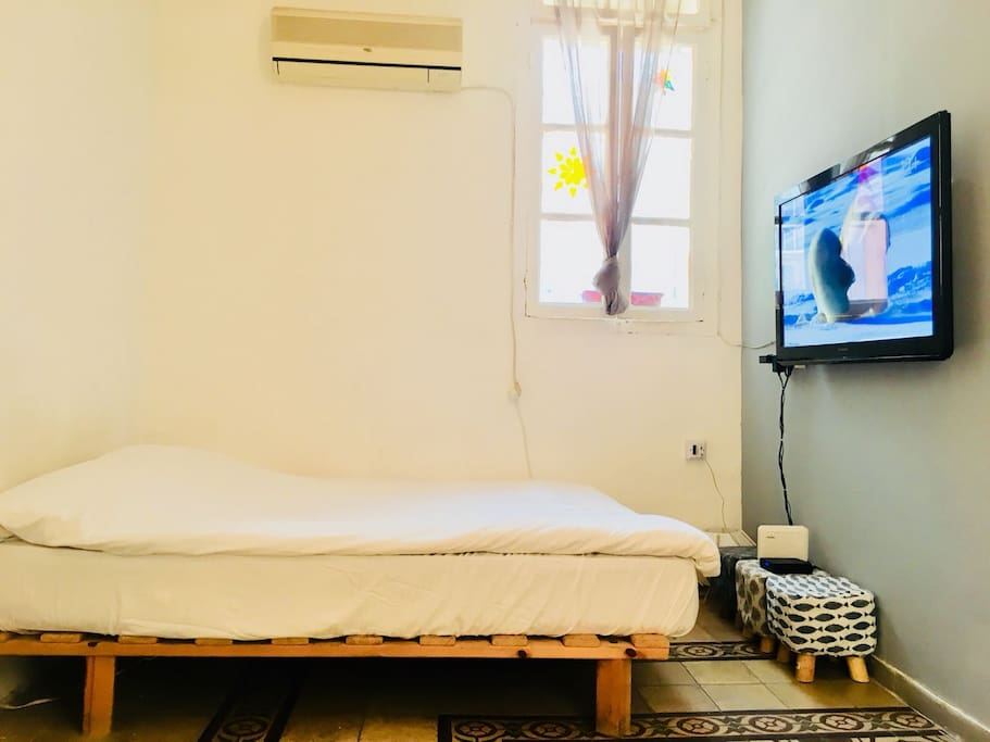 Luxurious double bed. cable TV, internet wifi,Air-Conditioner.