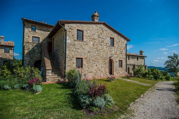 Tuscany:ancient panoramic cottage with shared pool