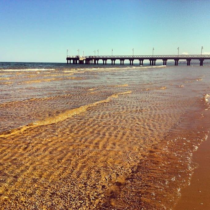 Spiaggia libera davanti al pontile Free beach opposite the jetty;   5 minutes walk