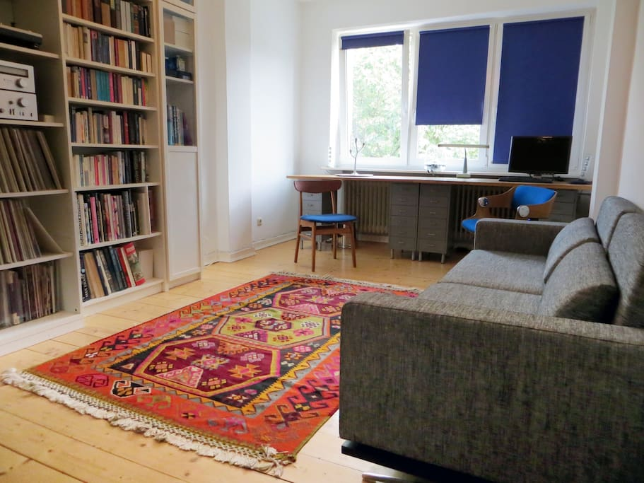 Wohnzimmer/living-room: 18m² space and light with large window front.