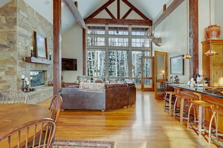 Secluded luxury cabin w/ game room & mountain views - close to skiing!
