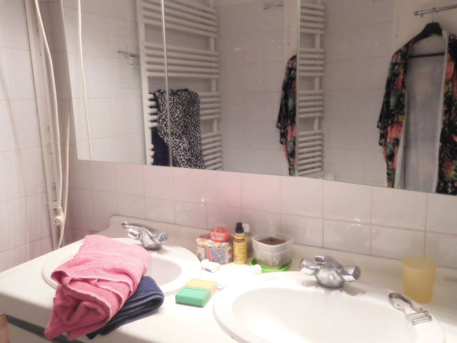 Salle de bain partagée. Lavabos