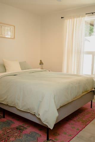 second bedroom queen bed/ segundo cuarto cama queen