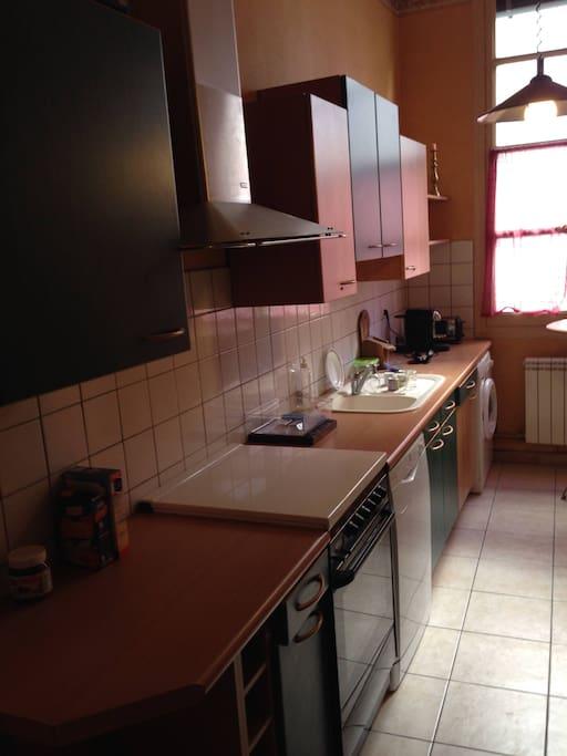 Belle cuisine toute équipée, lave vaisselle, lave linge, frigo, etc....
