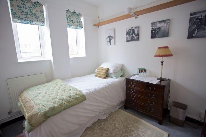 A sunny single room in South Kensington