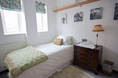 A sunny single room in South Kensington