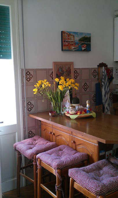 Kitchen table in bar counter style in Easter setting