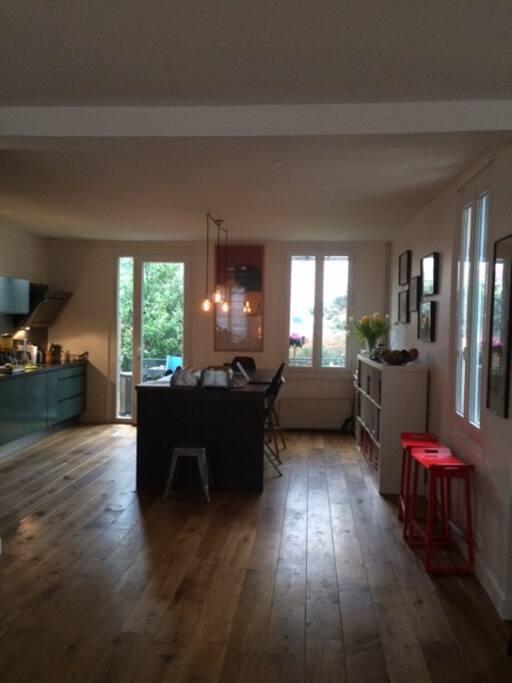 La cuisine ouverte sur le coin repas, avec vue sur le jardin