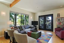 """Open plan living area, full of windows and cheery light, perfect for relaxing, catching up on your reading or planning your next outing.   40"""" inch Wifi Smart TV with cable.  Local Seattle publications and flyers for many of Seattle's most popular sites a"""