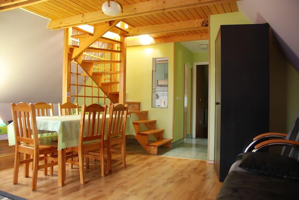 Pokój dzienny, schody drewniane do sypialni