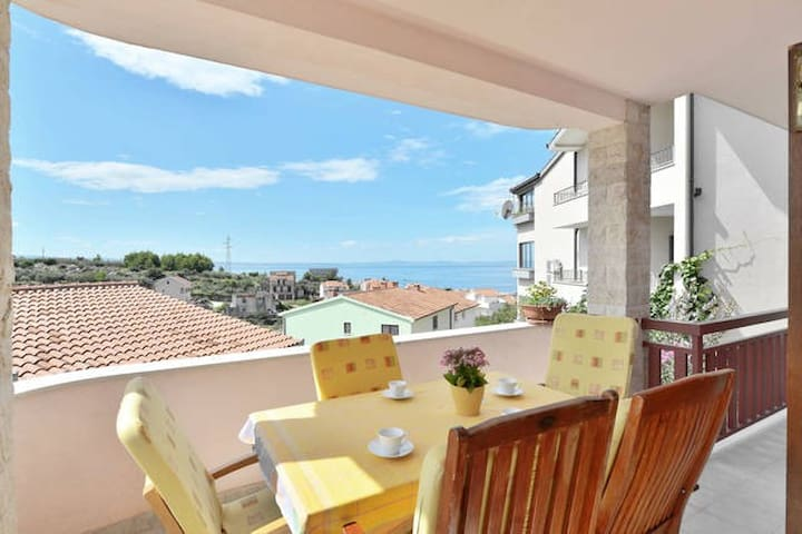 Sunny 4 BD, great covered terrace with sea view