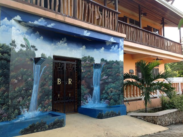 QUEEN ROOM WITH RIVERVIEW BALCONY!! - Benque Viejo Del Carmen