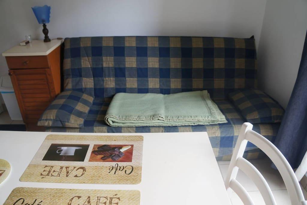 canapé-lit et table pour les repas