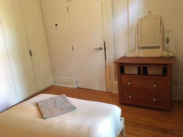 Une chambre avec salle de bain privée