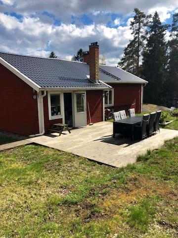 Hus i Skärgården med stor tomt o nära till insjö
