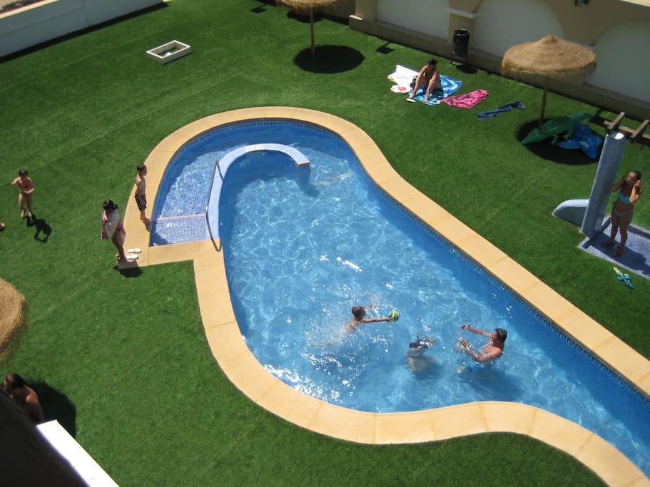 бассейн с терассой  и столиками.есть зона для колясок.душ .туалет,piscina con patio para barbacoa,duchas ,sombrillas ws.muy comodo.