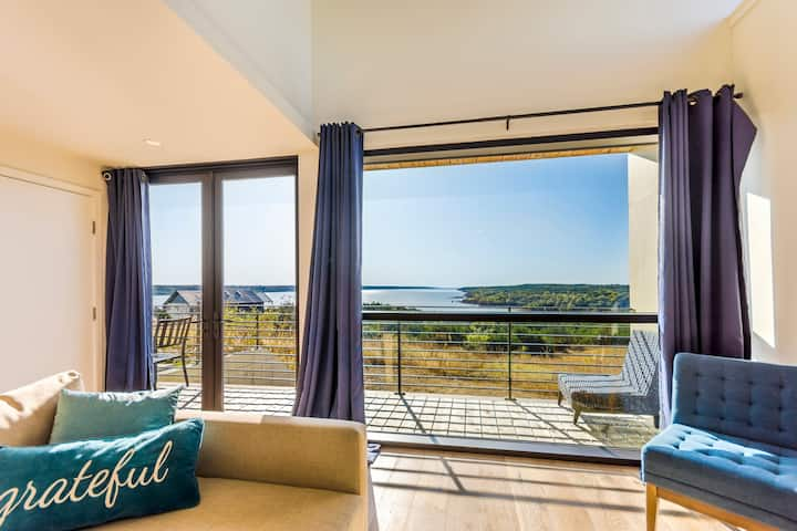 Suite 1 - Blue Vista Inspiring Lakefront Retreat