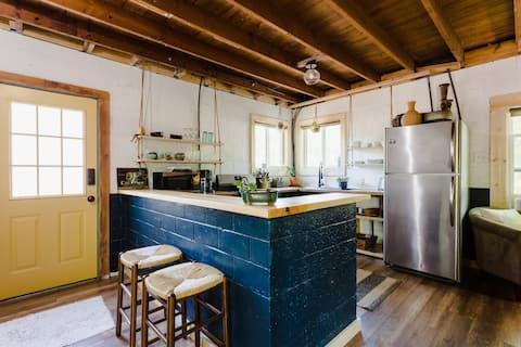 Stylish Creekside Cottage | 2 bikes | Wine&Snacks