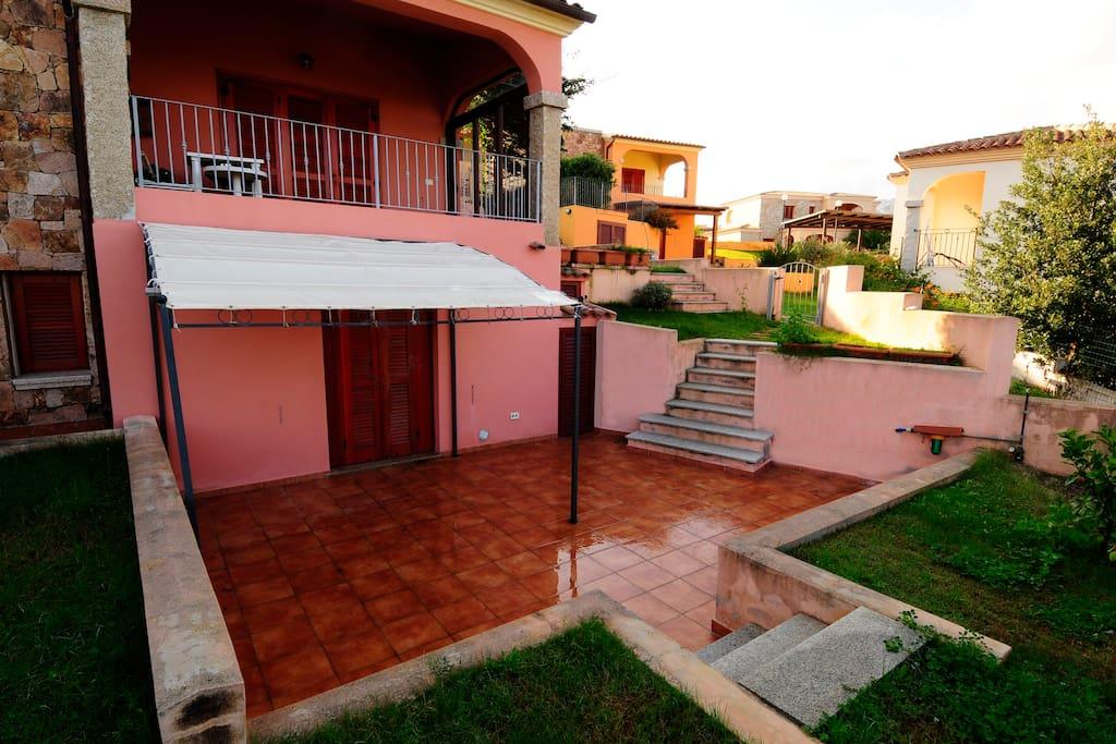 ingresso con veranda e giardino