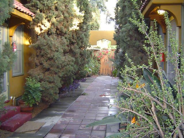 Hollywood Courtyard Garden Bungalow