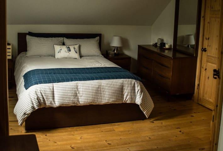 Chambre 1 avec lit Queen. Chambre double avec petit coin bureau et télé.