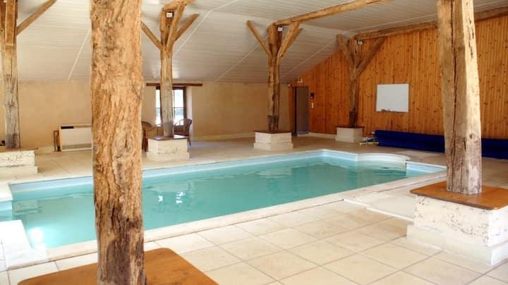 Domaine de Busseroux, piscine couv.