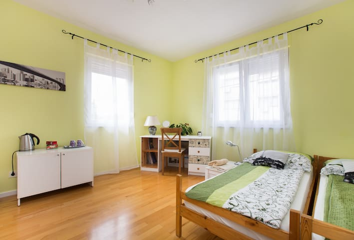 Parking, bathroom, easy to center! - Zagreb - Rumah