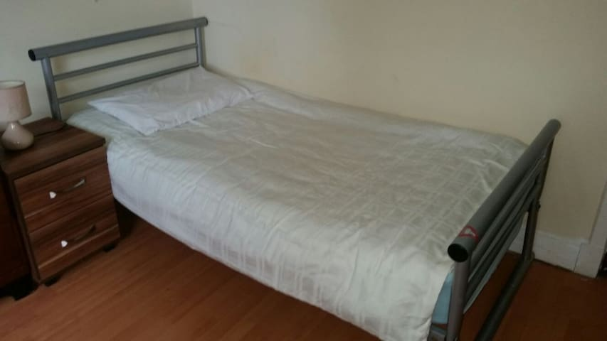 (2) 2 Single beds private room - Rosyth - Gästhus