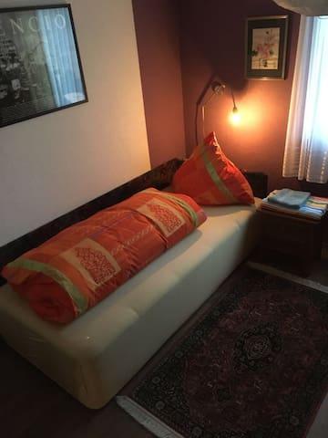 Schlafzimmer 1. Bettsofa ausziehbar auf 180 cm