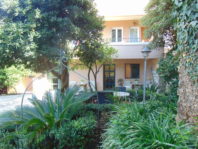 Charming Center Garden Apartment
