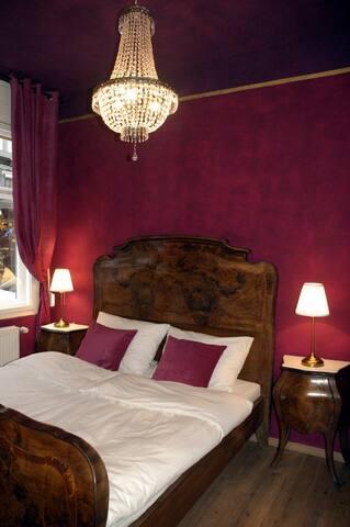 Blick ins Schlafzimmer mit originalm Französischen Barock- Doppelbett. Es wurde extra für diesen Raum gekauft.
