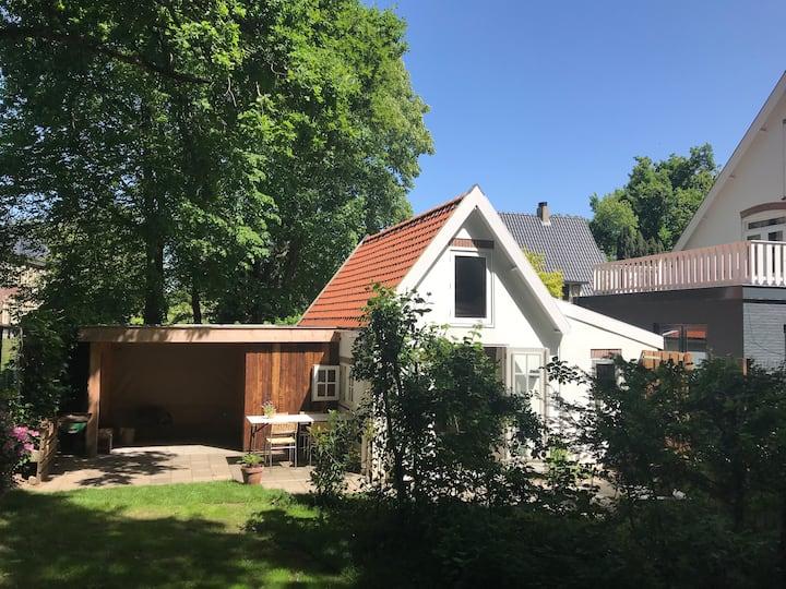 Knus zomerhuis met terras, aan de rand van het bos