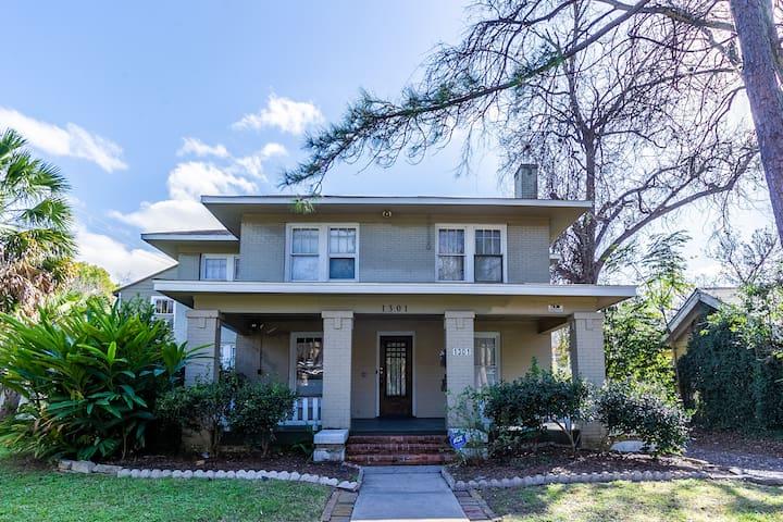 3BR Old Mansion Montrose | Downtown Med Center