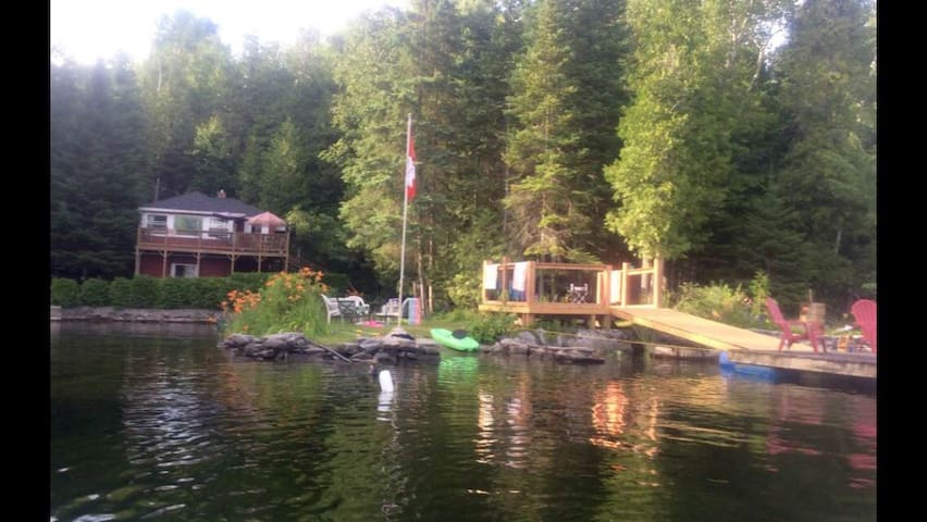 Small cute cottage/bunkie with AMAZING waterfront!