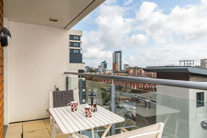 Lush Southampton Balcony Views Apartment