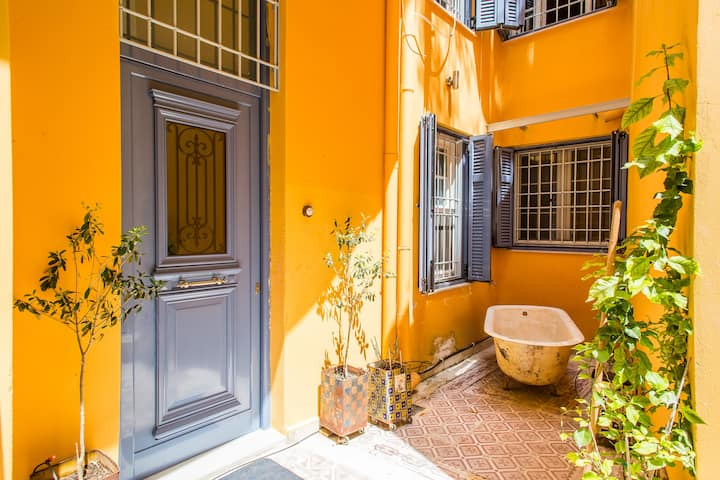 Cosy 19th cent. athenian house&yard