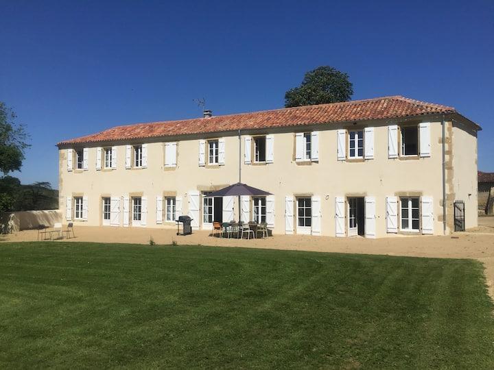 Maison familiale avec jardin, piscine et tennis