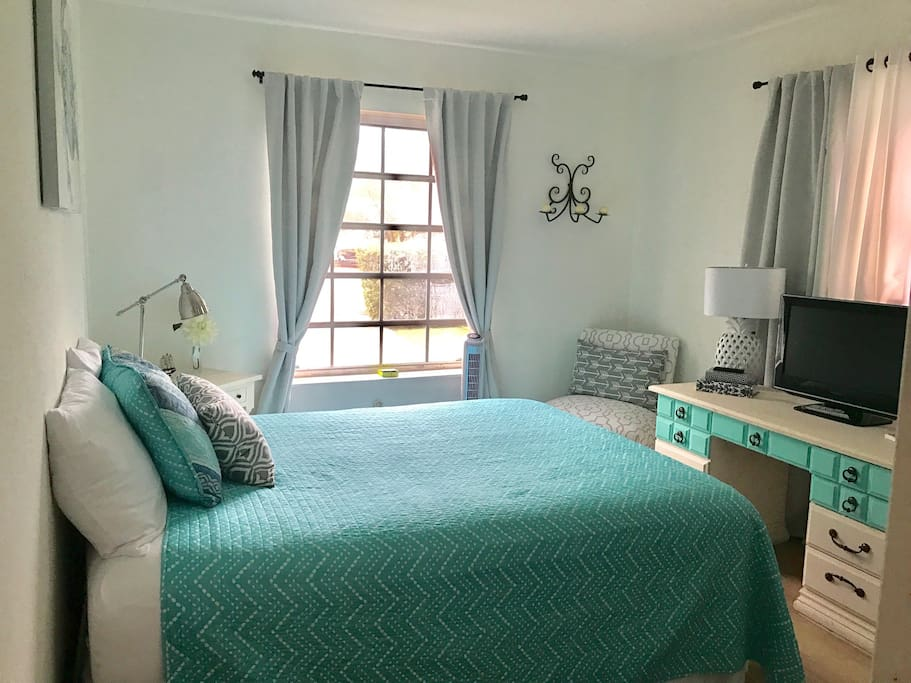 Treasure Island bright beach cottage double bedroom (2 people only allowed)