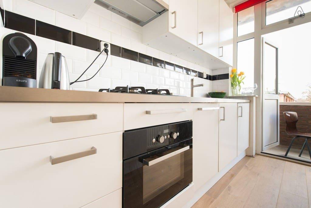 Keuken van alle gemakken voorzien. Oven/Magnetron/Koelkast/Nespresso/Waterkoker