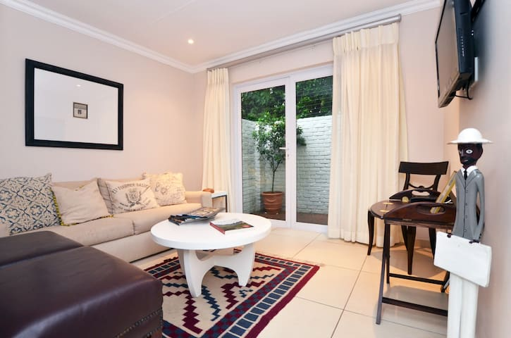 Tranquil private cottage in Sandton