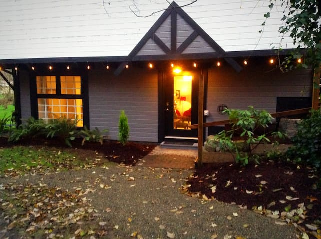 One bedroom - private forest & streams-by airport - Des Moines - Apartamento